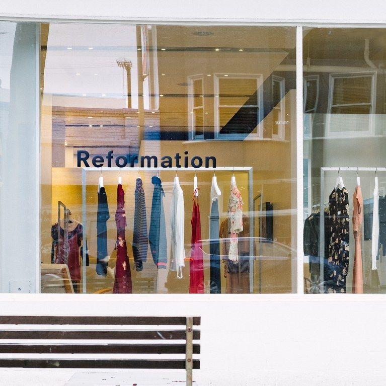 a3fc57a574d3 Ako sa reformácia stala značkou Ultimate Cool Girl pre udržateľné oblečenie