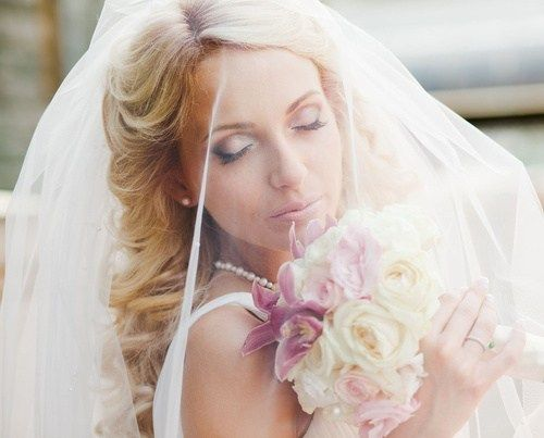 плажа wedding hairstyle with a bridal veil