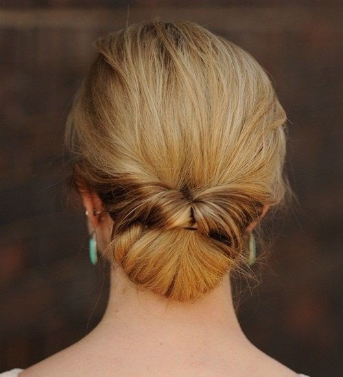 nízky bun updo with a twist
