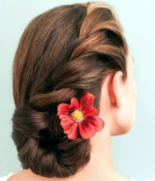 bočné bun updo with hair flower