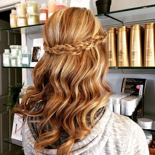 vågig half up half down hairstyle with a braid