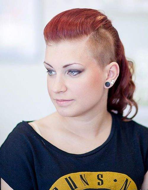 konský chvost hairstyle with side undercut