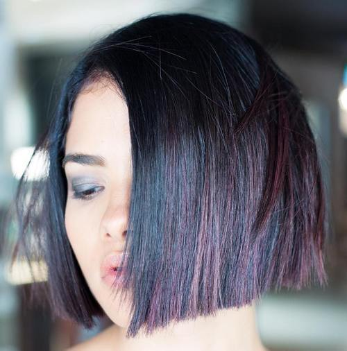 čierna blunt chin-length bob with dark burgundy highlights
