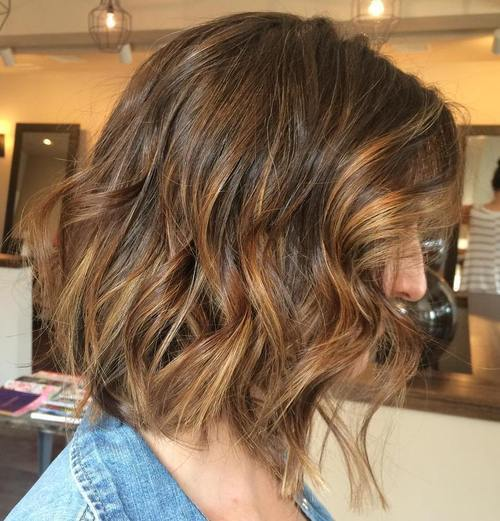 rozstrapatené wavy long bob with highlights