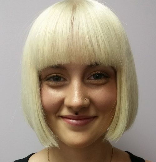 tupý blonde bob with straight bangs