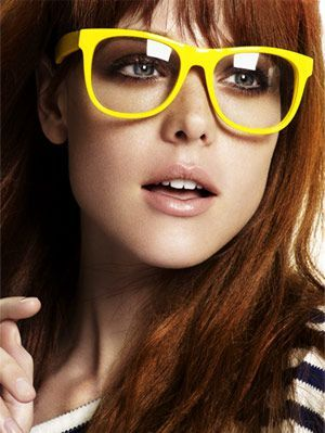 modell with red hair and yellow glasses