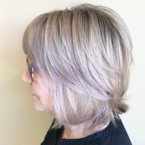 Srednje Feathered Ash Blonde Hairstyle
