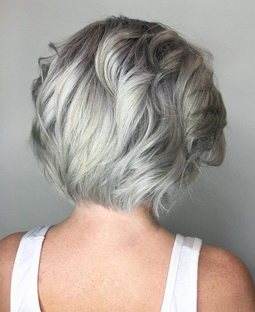 Srednje Layered Silver Hairstyle