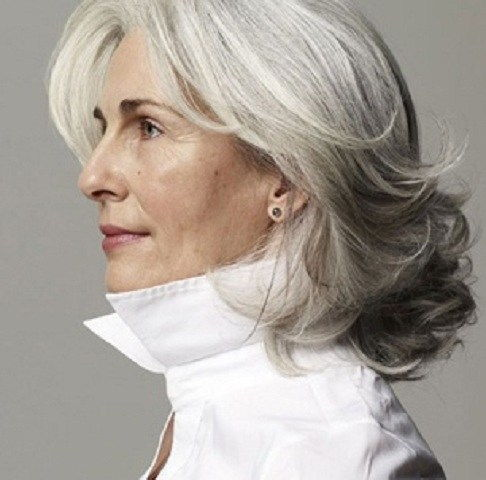 zakrivljen medium hairstyle for gray hair