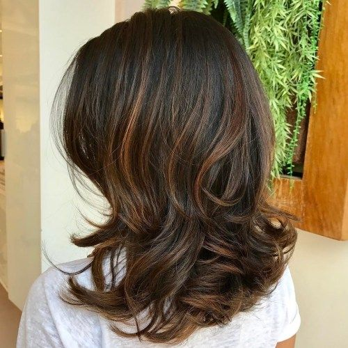 Vågig Layered Brunette Hairstyle With Caramel Highlights