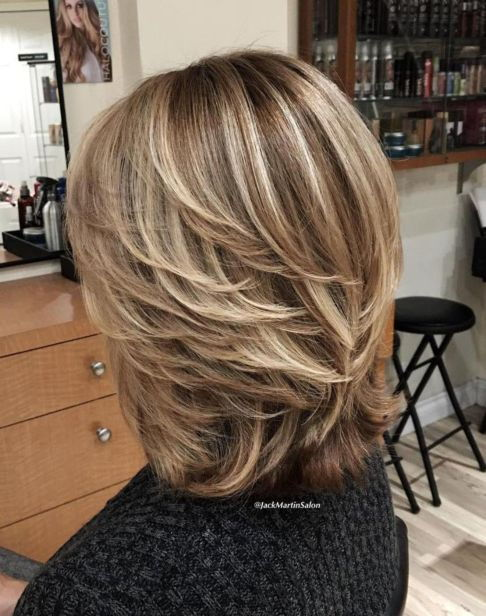 Средње Layered Brown Blonde Hairstyle